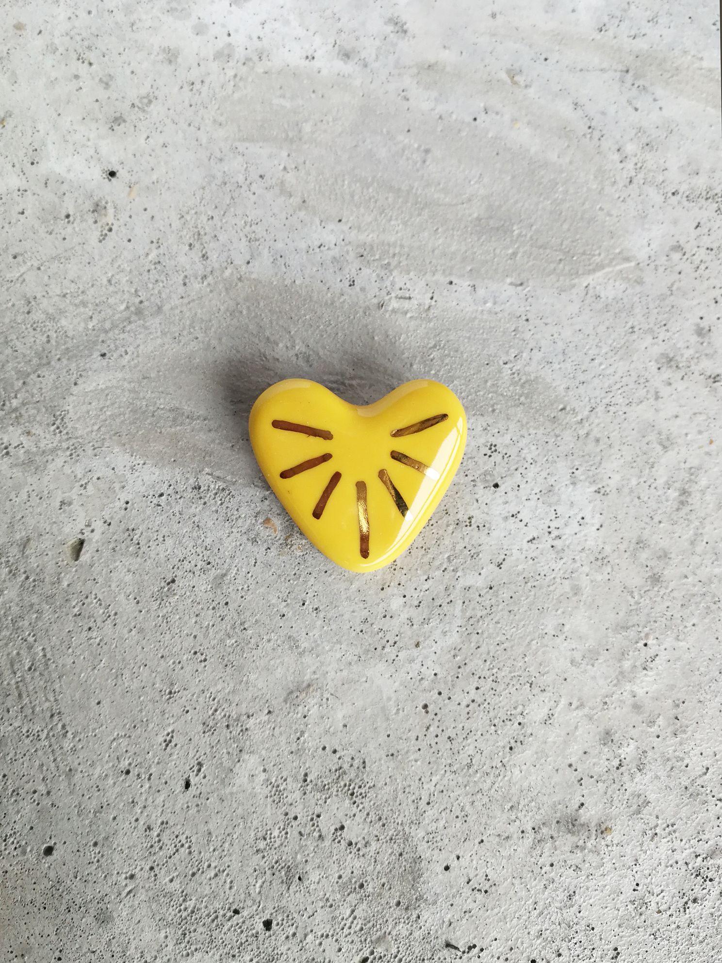 Prendedor de Cerámica Corazón Rayos Oro Amarillo