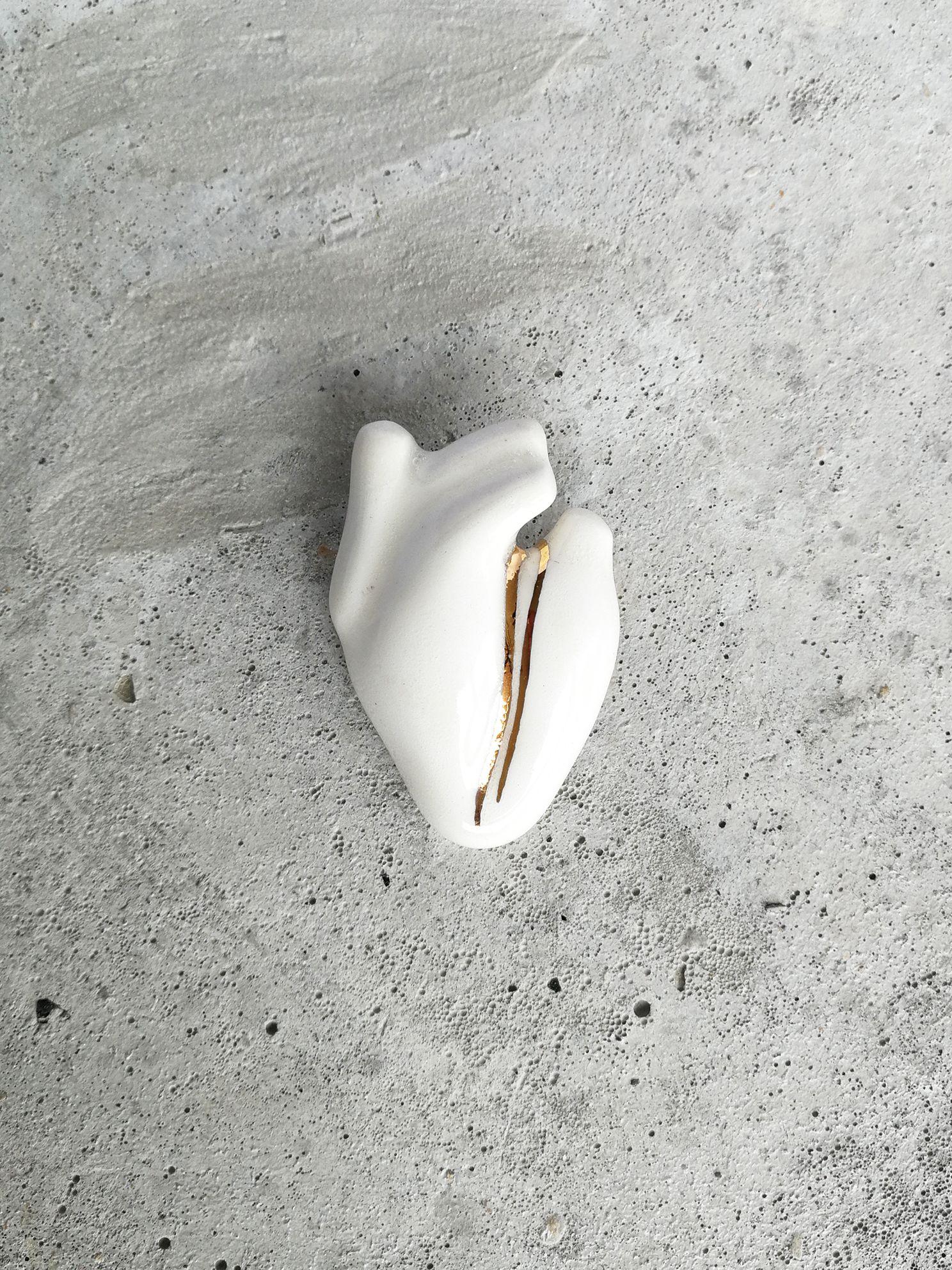 Prendedor de Cerámica Corazón Humano Doble Vena Oro Blanco