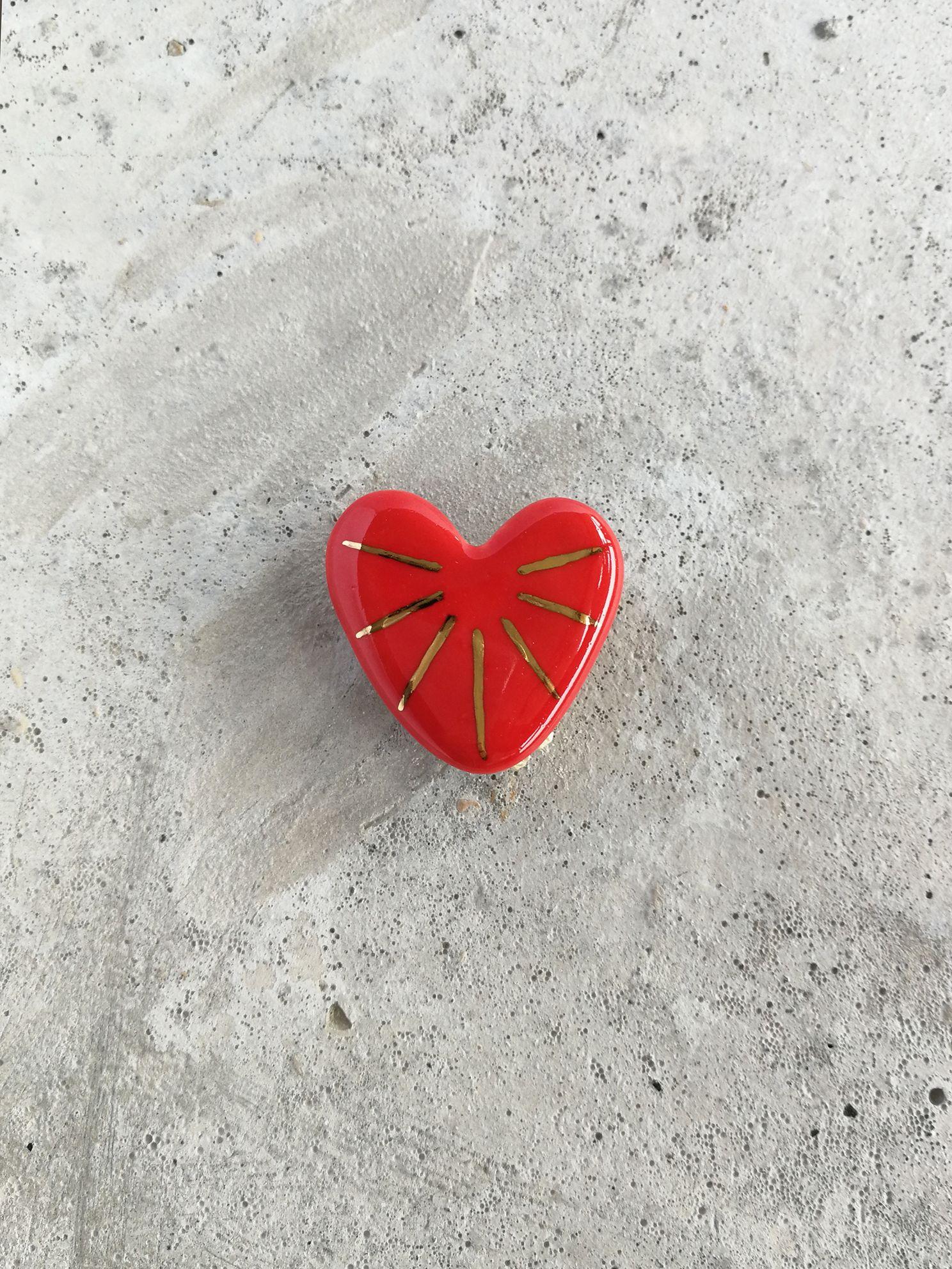 Prendedor de Cerámica Corazón Rayos Oro Rojo