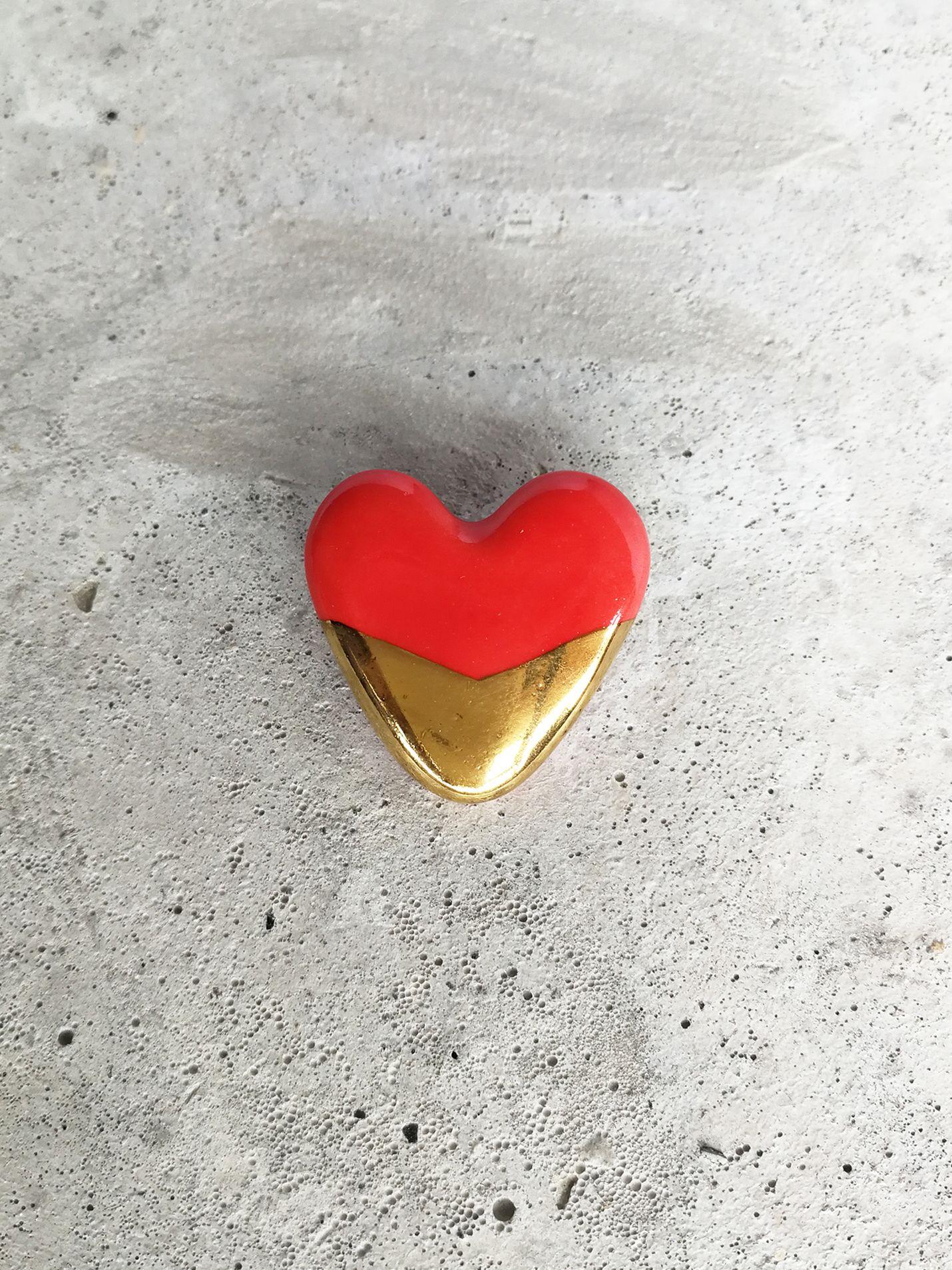 Prendedor de Cerámica Corazón Punta Oro Rojo