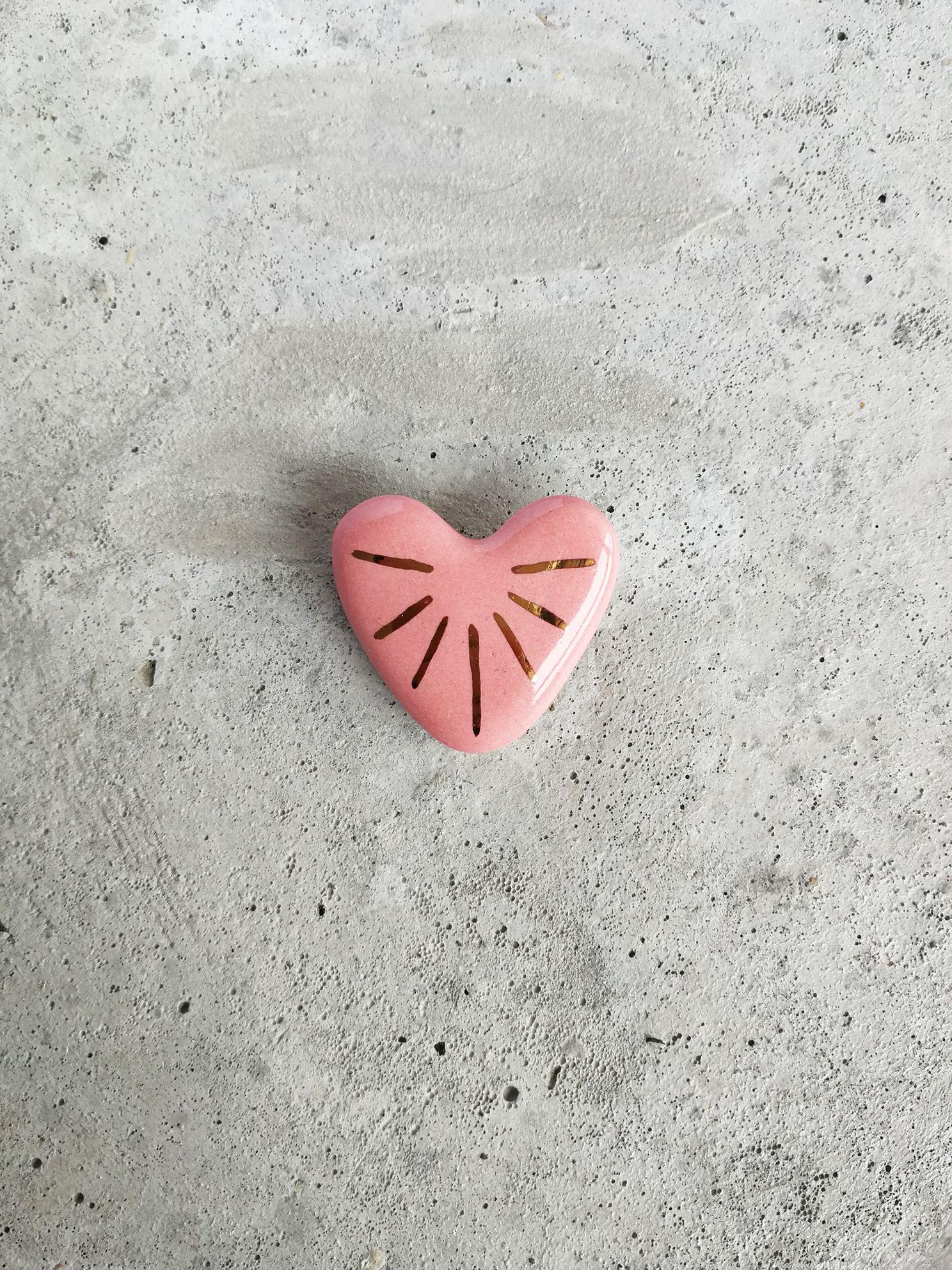 Prendedor de Cerámica Corazón Rayos Oro Rosa