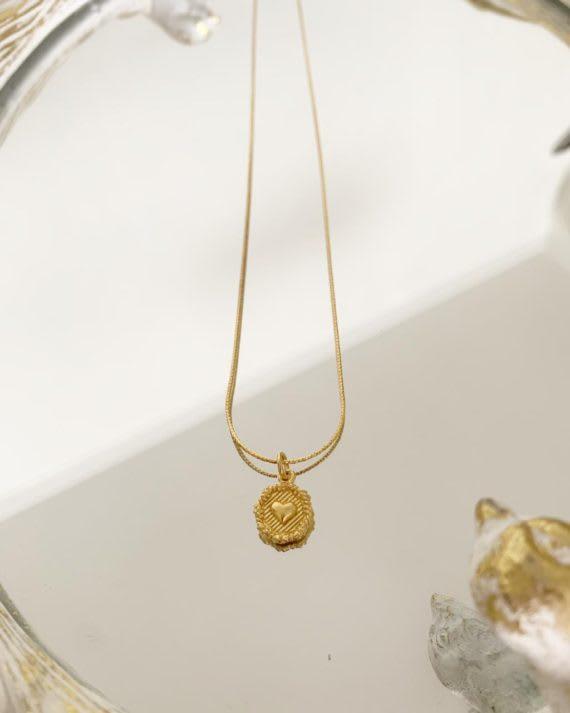 collar moneda corazon baño en oro