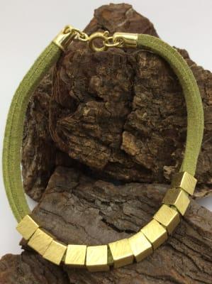 BA2847-Pulsera 1 tiras cuero verde mostasilla dorada