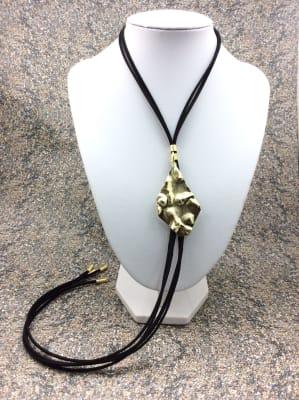 BA2864-Coll largo ajustable cuero negro colg dorado tachado