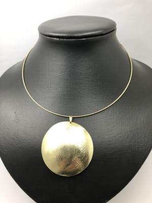 BA3382-Collar Tiara dorada colgante medallon dorado satinado