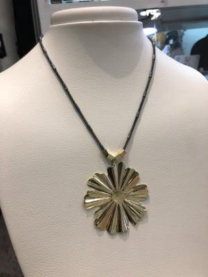 BA3384-Coll cadena rodio colg flor brill dorada