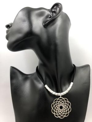 BA3475-Coll corto cuero gamuza negra mandala flor   plateado