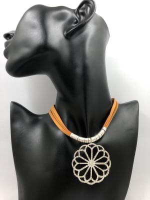 BA3492-Coll gamuza naranja colgante flor plateada